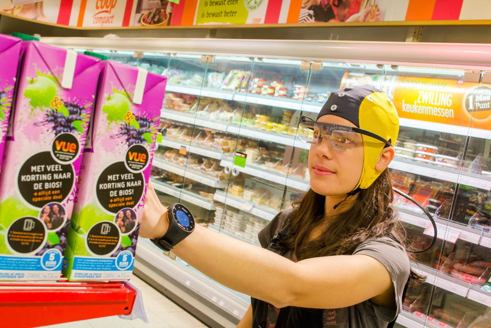 woman shopping using wearable eye trackers and EEG - neuromarketing